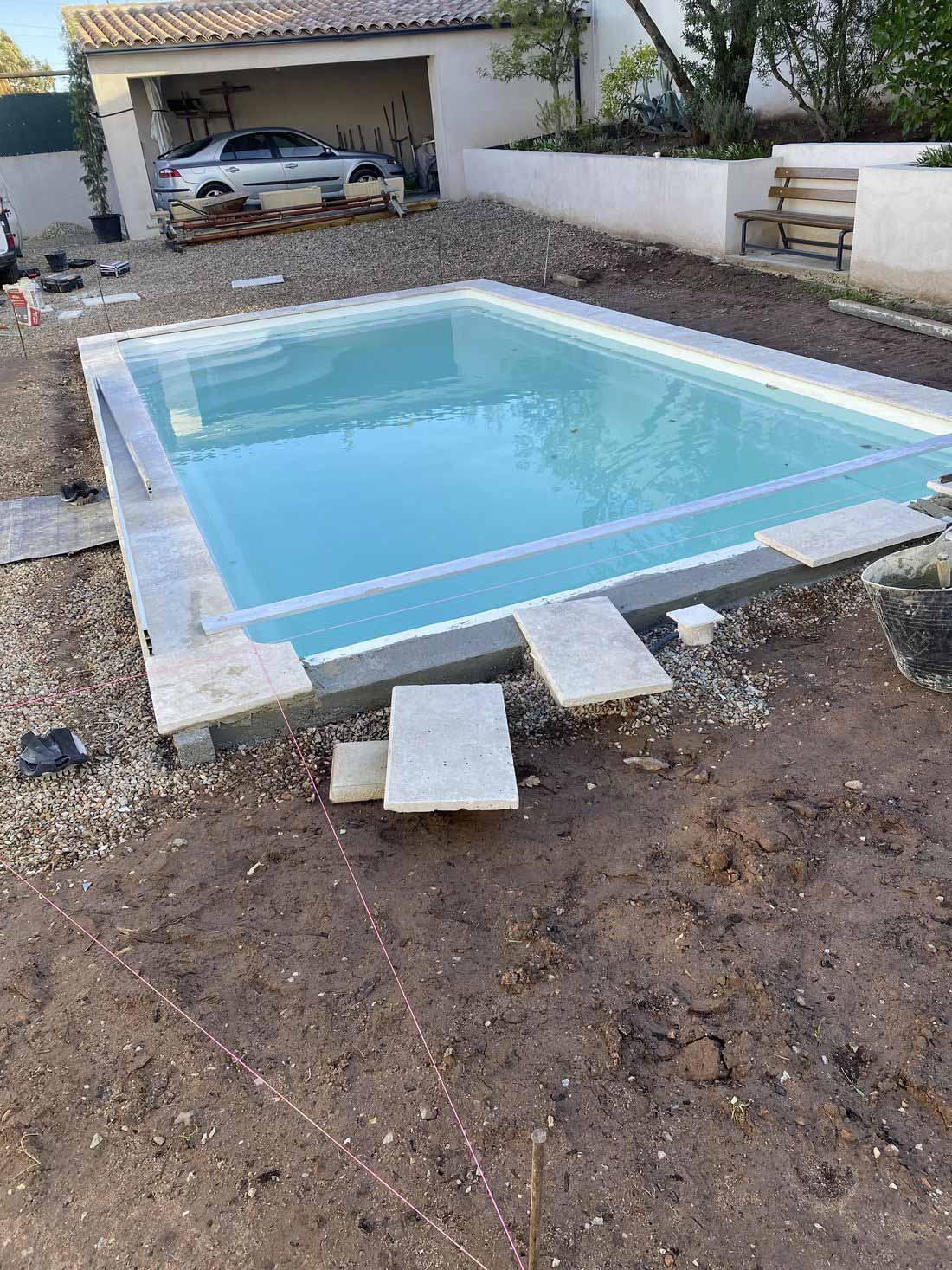 Pose margelles sur piscine coque polyester – SPA Piscines